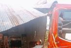 Đắk Lắk: Xe khách lao vào nhà dân, cả gia đình đang ngủ thoát nạn trong gang tấc