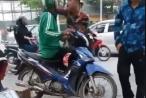 [Clip]: Nam thanh niên hung hăng chửi bới, đánh tài xế Grab