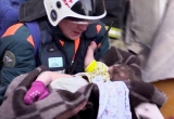 Em bé 11 tháng sống sót thần kỳ sau hơn một ngày kẹt dưới đống đổ nát giữa trời -20 độ C