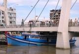 Bình Thuận: Cố chui qua gầm cầu, tàu cá mắc kẹt