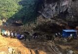 Hòa Bình: Hơn 100 người tham gia giải cứu 2 phu vàng bị mắc kẹt trong hang