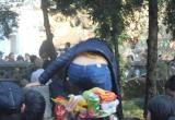 Du khách 'vượt tường' trong ngày khai hội Chùa Hương