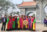 Giới trẻ thích thú diện áo dài tứ thân đi trẩy hội Lim