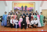 Ông Kim Jong-un đến thăm và chụp ảnh cùng các nhân viên Đại sứ quán tại Hà Nội