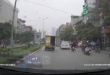 Clip: Taxi tải mở tung cửa sau, chạy ầm ầm trên phố