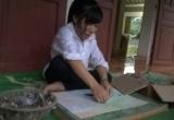 Khâm phục biệt tài vẽ tranh bằng lông gà của cô gái khuyết tật