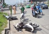 """TP HCM: Xe ô tô """"lùa"""" hàng loạt xe máy trên xa lộ Hà Nội"""