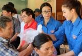 Hoa hậu Mỹ Linh, Á hậu Thanh Tú đẹp giản dị trong màu áo xanh tình nguyện