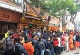 Ngày vía Thần tài: Hàng trăm người đổ xô đi mua vàng từ tờ mờ sáng