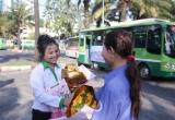 Phụ nữ Sài Gòn được tặng hoa, đi xe buýt miễn phí ngày 8/3