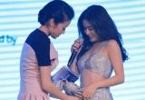 """Hoàng Thùy Linh gặp sự cố hư khóa quần trên sân khấu và lời kể của nữ MC """"chữa cháy"""" giúp cô"""