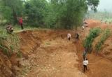 Clip: Cận cảnh người dân đào bới đất săn tìm đá đen ở Tuyên Quang