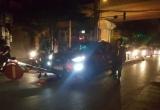 Hà Nội: Xe Mazda CX5 'hạ gục' 2 biển báo, trèo lên dải phân cách