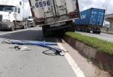 Xe tải trôi thụt lùi giữa dốc, các phương tiện nháo nhào né tránh