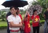 Bố mẹ Văn Quyết, Xuân Trường ra sân bay hồi hộp chờ đón con về