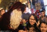 Chùm ảnh: Dòng người đổ xô đến Nhà thờ Lớn chụp đón Giáng sinh