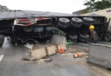 Xe container lật ngang đè bẹp xe bán tải trên quốc lộ 1A