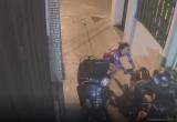 [Clip]: Bất cẩn quên đóng cốp xe máy, người phụ nữ nhận 'trái đắng'