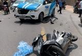 Cầm lái ô tô, thanh niên nghi ngáo đá va chạm với nhiều xe máy