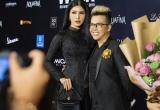 Loan Vương cùng dàn nghệ sĩ mặc áo dài đi xem show của NTK Minh Châu