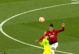 [Clip]: Messi chảy máu sau cú va chạm với Smalling