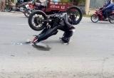 Xe máy 'tạo dáng' sau vụ tai nạn giao thông