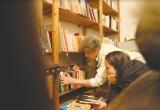 Hầm rượu vang và những tầng sách ở Pháp