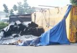Bình Dương: Xe đầu kéo lật nhào, hàng chục tấn thép rơi xuống đường