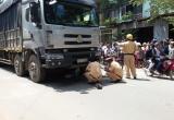 Nâng bánh xe tải, đưa thi thể người phụ nữ nhặt ve chai ra ngoài