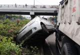 Xế hộp Chevrolet bị xe ben cất bánh, nằm vắt vẻo trên quốc lộ 1
