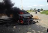 Thái Bình: 4 người hoảng loạn trên chiếc ô tô bốc cháy ngùn ngụt