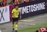 Clip tình huống Công Phượng lĩnh trọn cú thúc cùi chỏ của tuyển thủ Malaysia