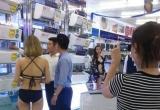 """'Tiếp thị mát mẻ"""" tại siêu thị điện máy: Trần Anh đang """"giáo dục giới tính"""" thanh thiếu niên Việt Nam?"""