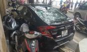 Hà Nội: Ô tô lao lên vỉa hè đâm nát 6 xe máy ở Hồ Tây