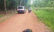Vụ 2 thi thể trong thùng bê tông: Cảnh sát di chuyển tới con đường đất đỏ, bao quanh là rừng cao su