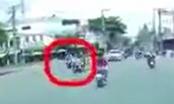 [Clip]: Bị nữ ninja tạt đầu xe, 2 thanh niên ngã sóng soài ra đường