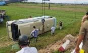Xe khách lật xuống ruộng, 21 nữ công nhân gặp nạn