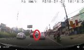Thái Nguyên: Quái xế sửu nhi lạng lách trên đường, cả người và xe máy chui vào gầm ô tô