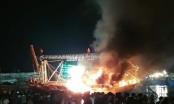 Lửa cháy dữ dội bao trùm tàu cá khi đang neo đậu tại cảng