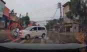 Clip thanh niên cướp đường bị xế hộp húc bay cả người lẫn xe