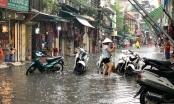 Hà Nội: Nhiều tuyến phố ngập sâu, người dân bì bõm dắt xe máy lội nước