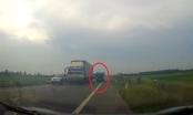 Video: Sự liều lĩnh của tài xế xe tải khiến nhiều người xem phải rùng mình