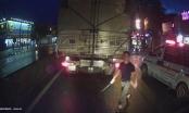 Clip tài xế xe cứu thương 37A vác dao dọa chém đối thủ