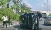 [Clip]: Ô tô bị lật nghiêng sau khi đâm dải phân cách trên đường