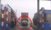 [Clip]: Taxi ăn bám container vượt BOT bất thành