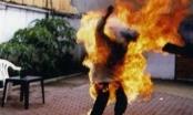 Mâu thuẫn từ chuyện con khóc, chồng đổ xăng đốt vợ trong đêm