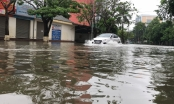 """Mưa như trút nước """"nhấn chìm"""" nhiều tuyến đường trên TP Vinh"""