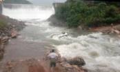 Lào Cai: Đánh liều qua đập tràn, một ô tô bị nước cuốn trôi