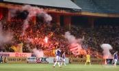 Pháo sáng bắn vào người xem và tình yêu bóng đá