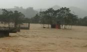 Hà Tĩnh: Mưa lớn, đường đến trường bị chia cắt gần 1 vạn học sinh phải nghỉ học